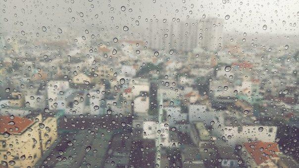 finestra città pioggia